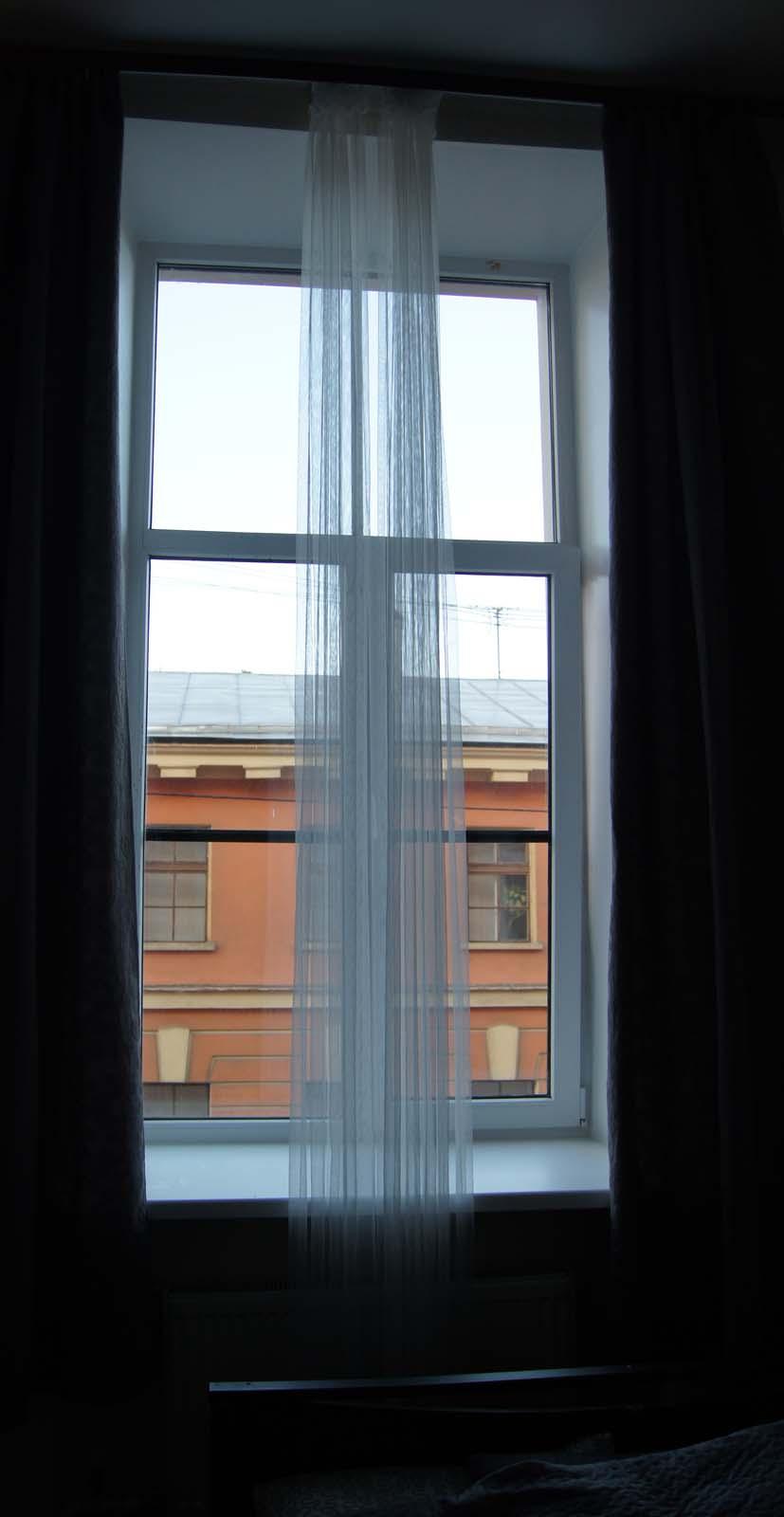 Окно со шторами. Номера на Садовой