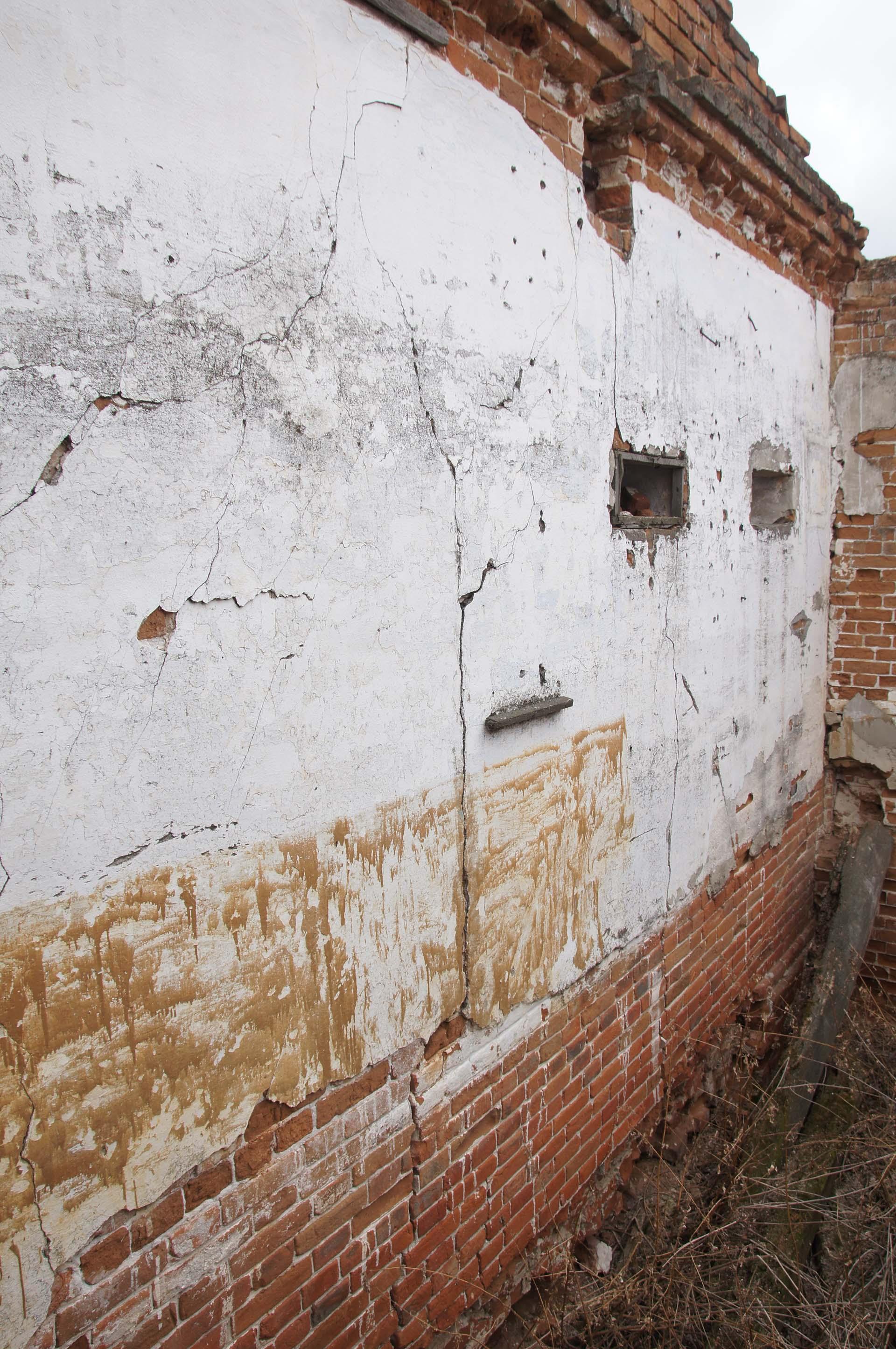 Замурованная дверь в стене
