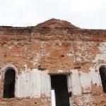 Заброшенный храм, снизу-вверх