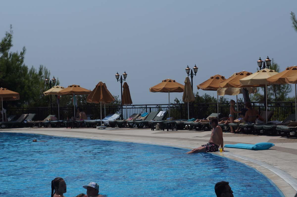 Бассейн утром. Отель Utopia World. Турция.