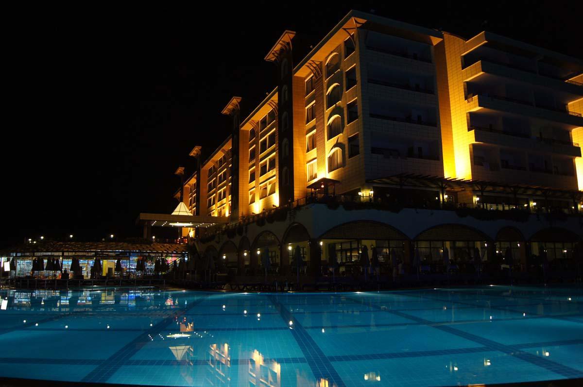 Ночь. Бассейн и корпус. Отель Utopia World Турция.
