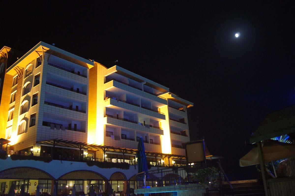 Ночь. Центральный корпус. Отель Utopia World Турция.