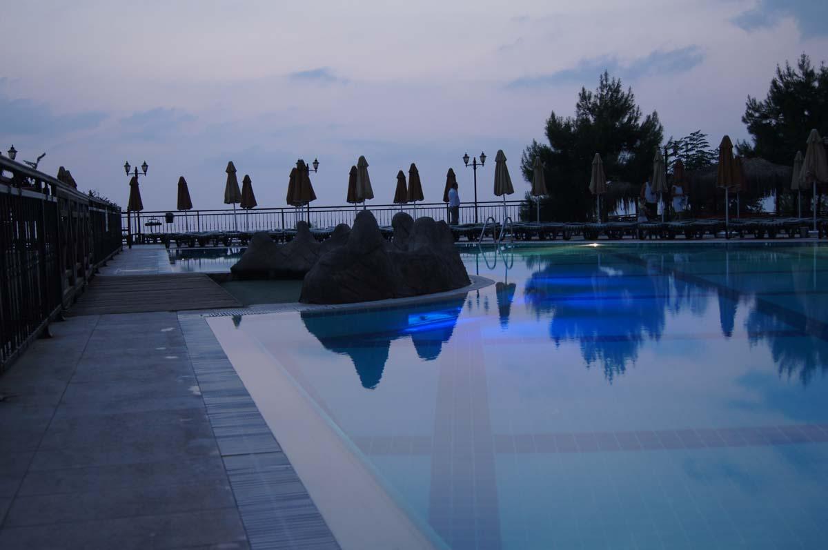 Бассейн утром. Отель Utopia World Турция.