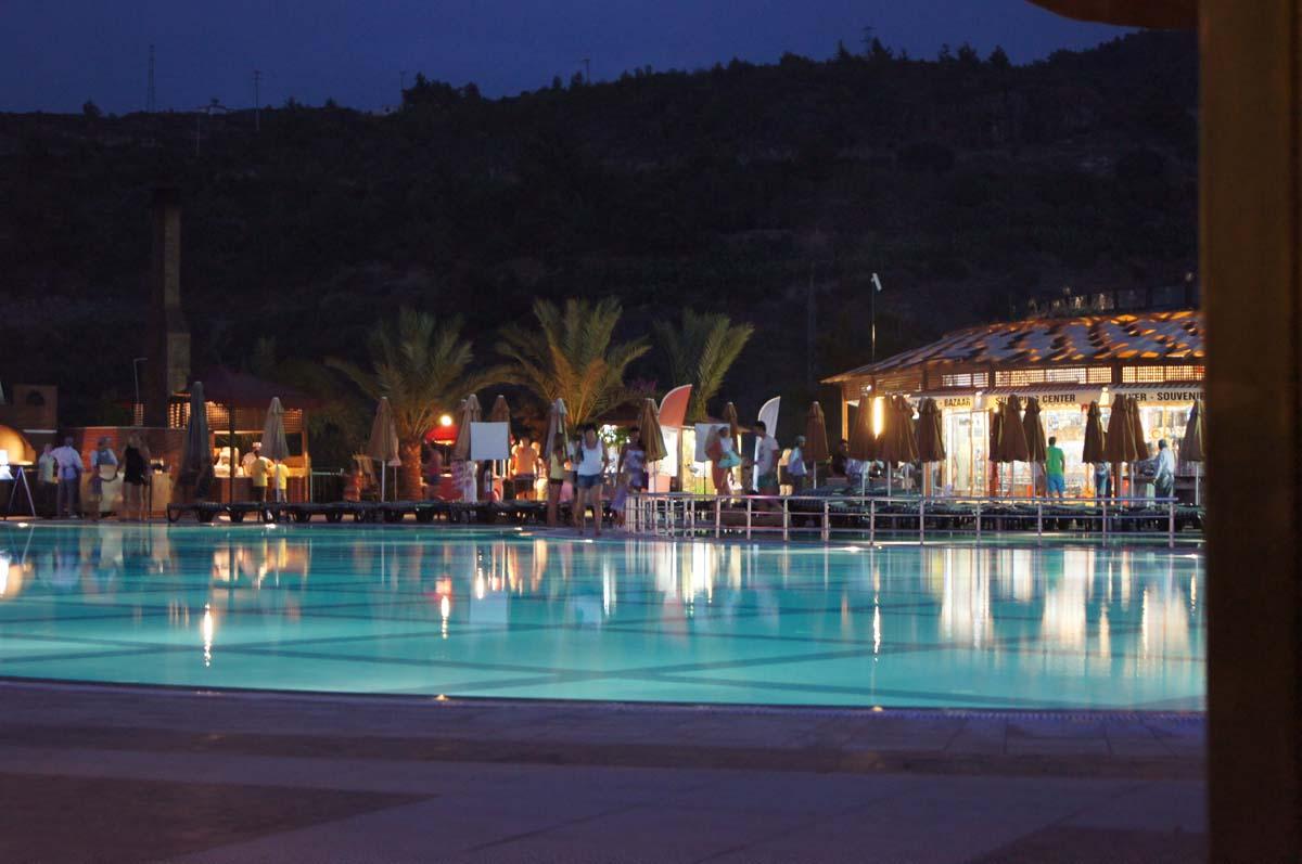 Вечером. Отель Utopia World Турция.