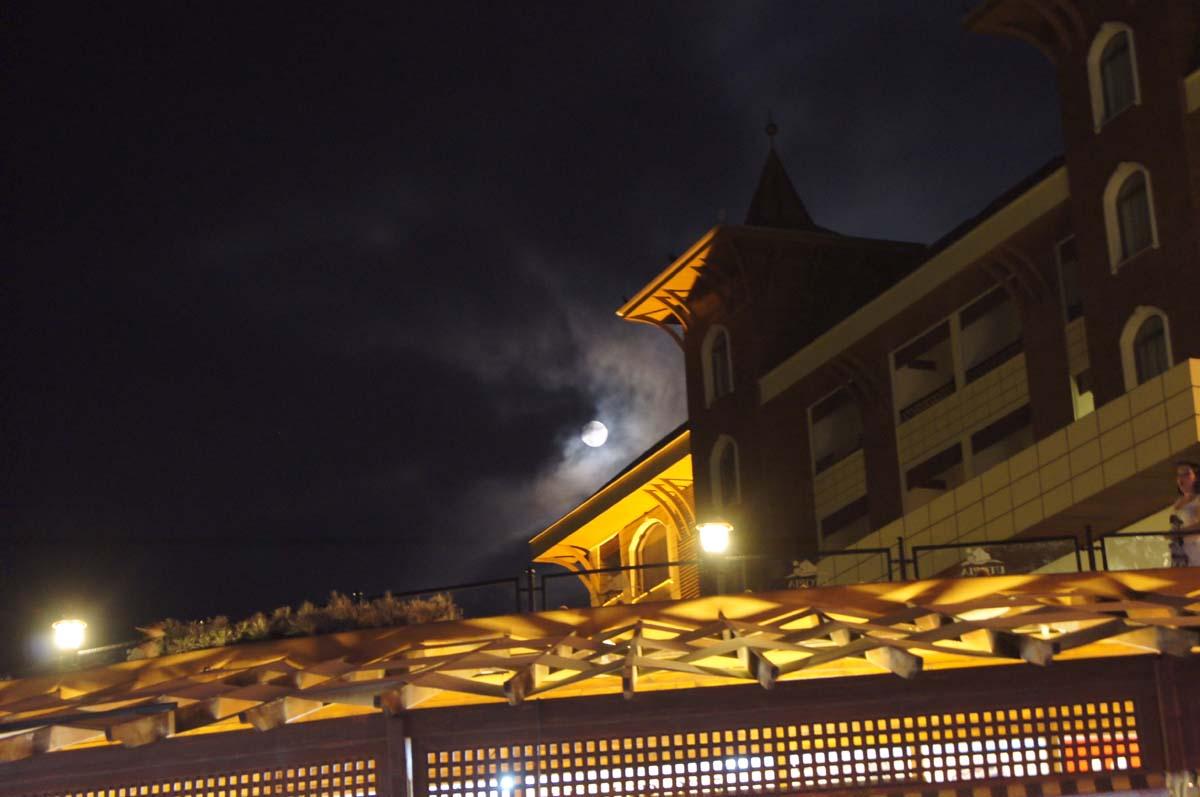 Ночью. Отель Utopia World Турция.