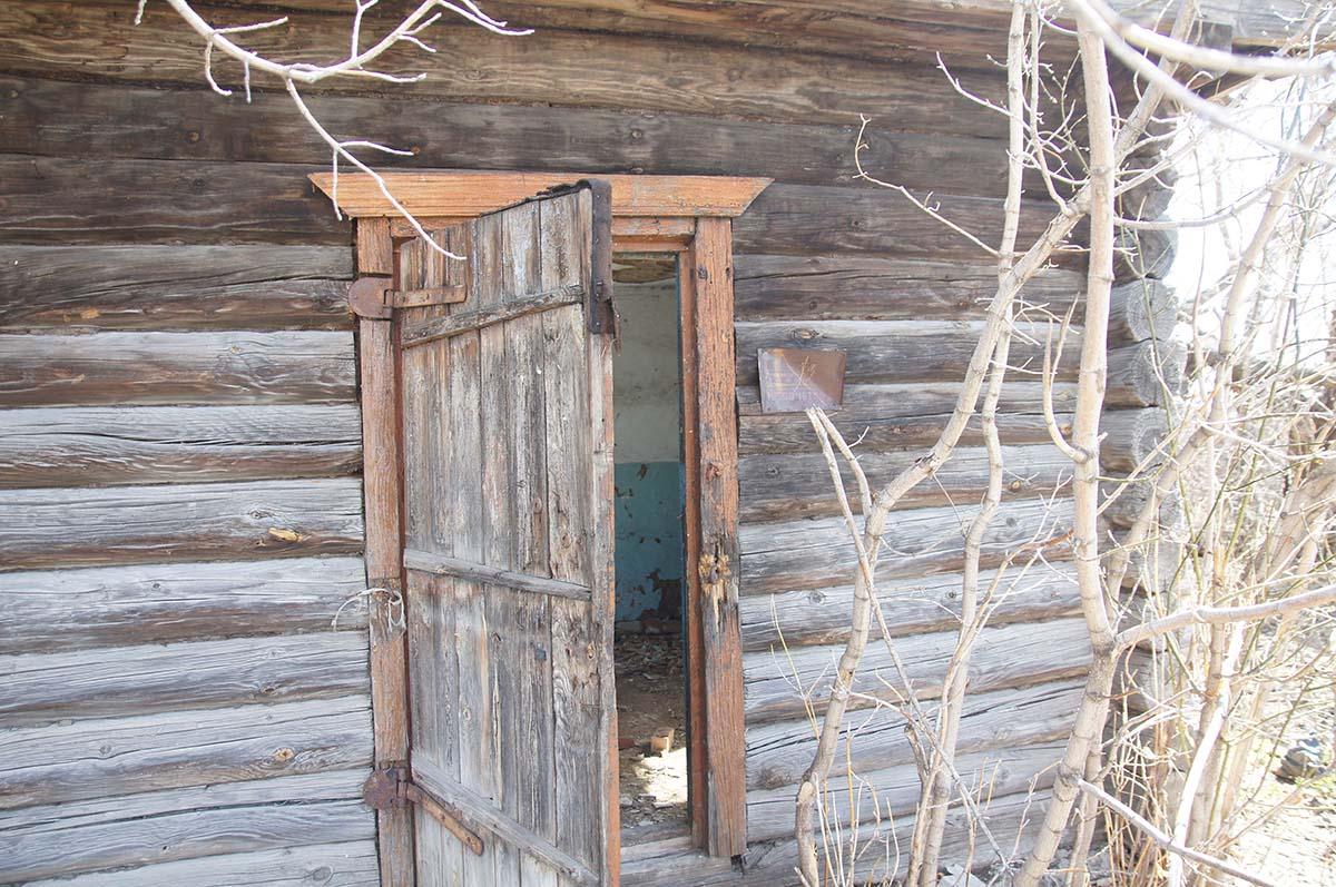 Входная дверь. Заброшка СССР, Тюменская область.