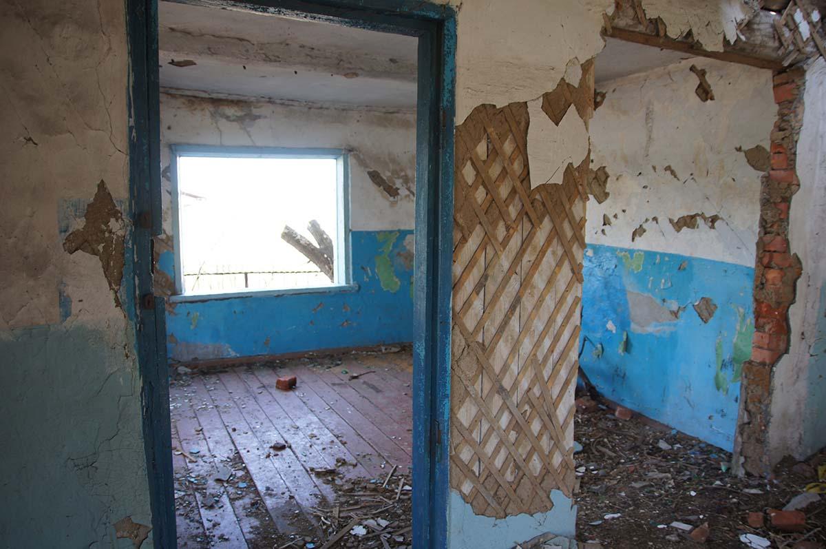 Окно в комнате в конторе. Заброшка СССР, Тюменская область.