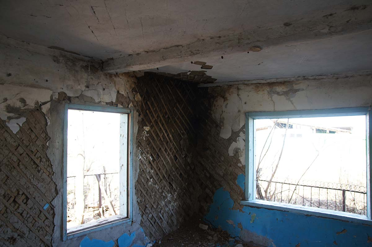 Окна и стена в конторе. Чердак в конторе. Заброшка СССР, Тюменская область.