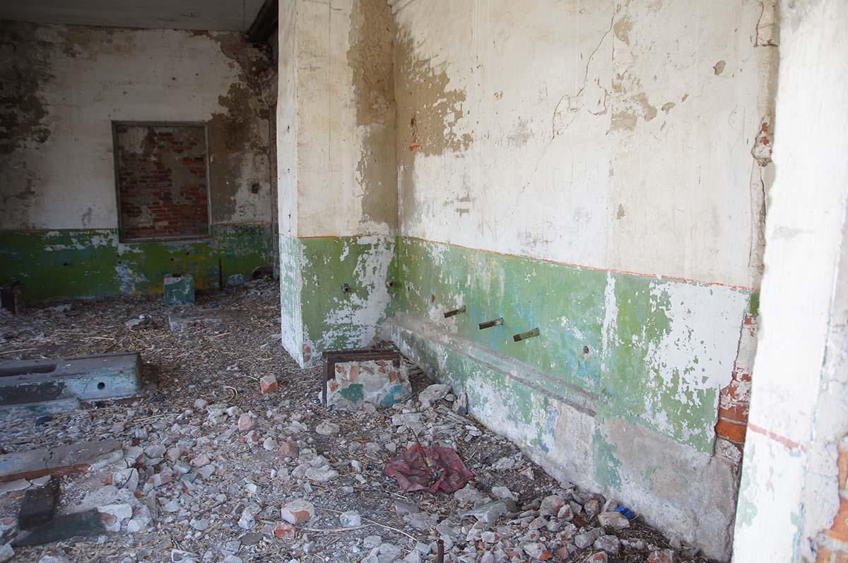 Вход в здание, заброшка, Тюменская область