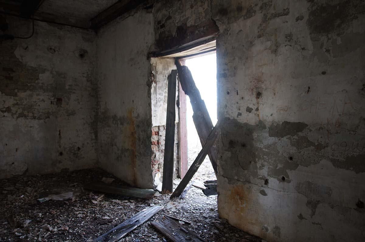 Вход на склад, заброшка, Тюменская область