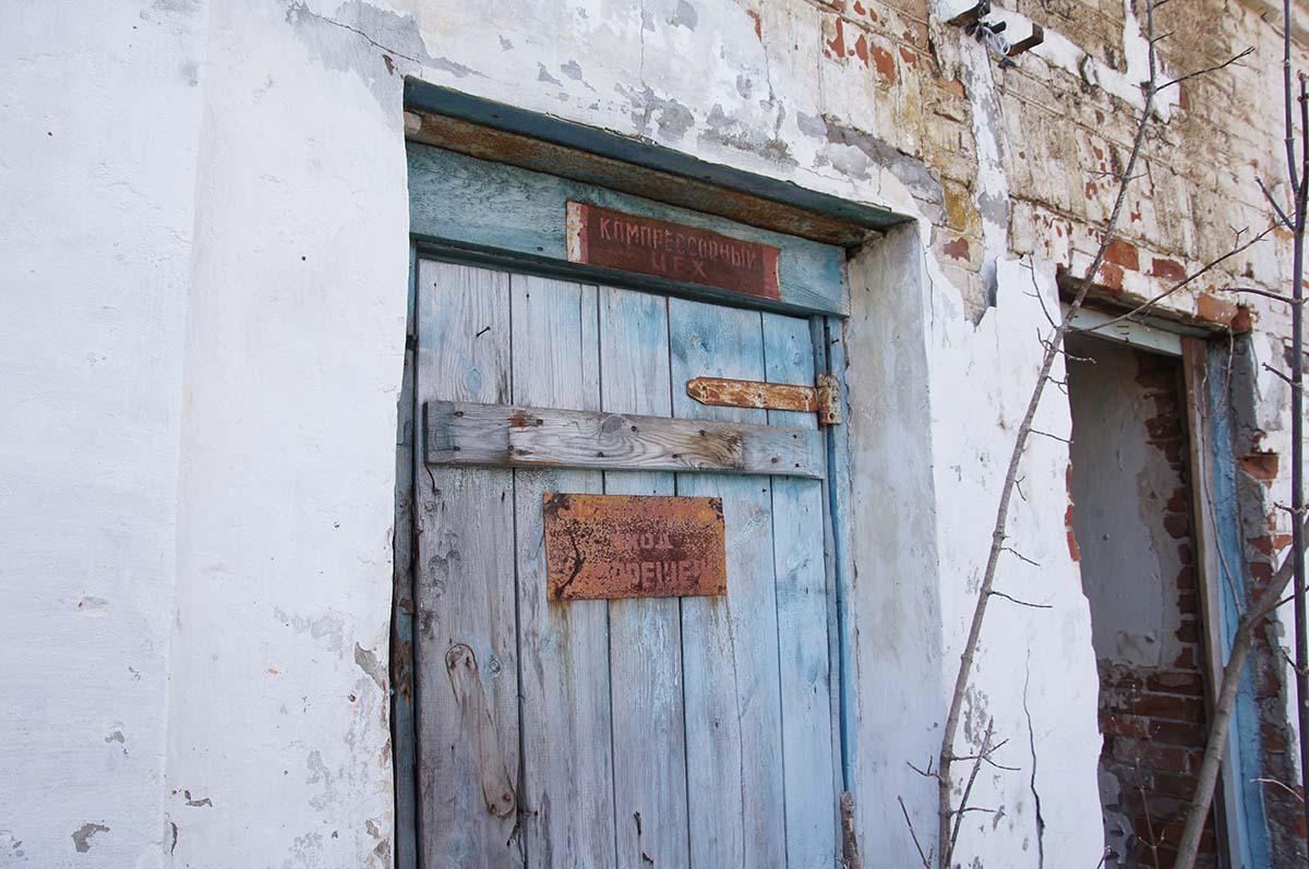 Дверь в цех, заброшка, Тюменская область