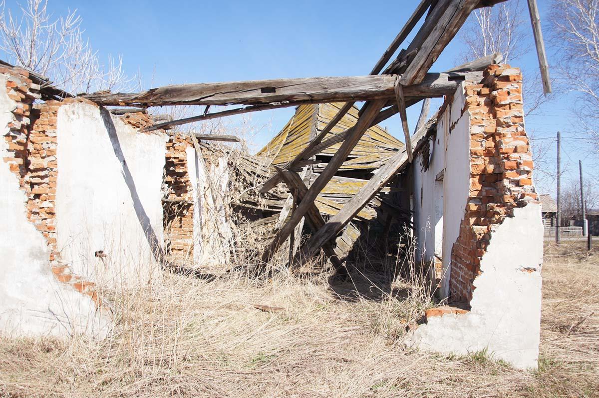 Разрушенное здание, гараж. Заброшка.