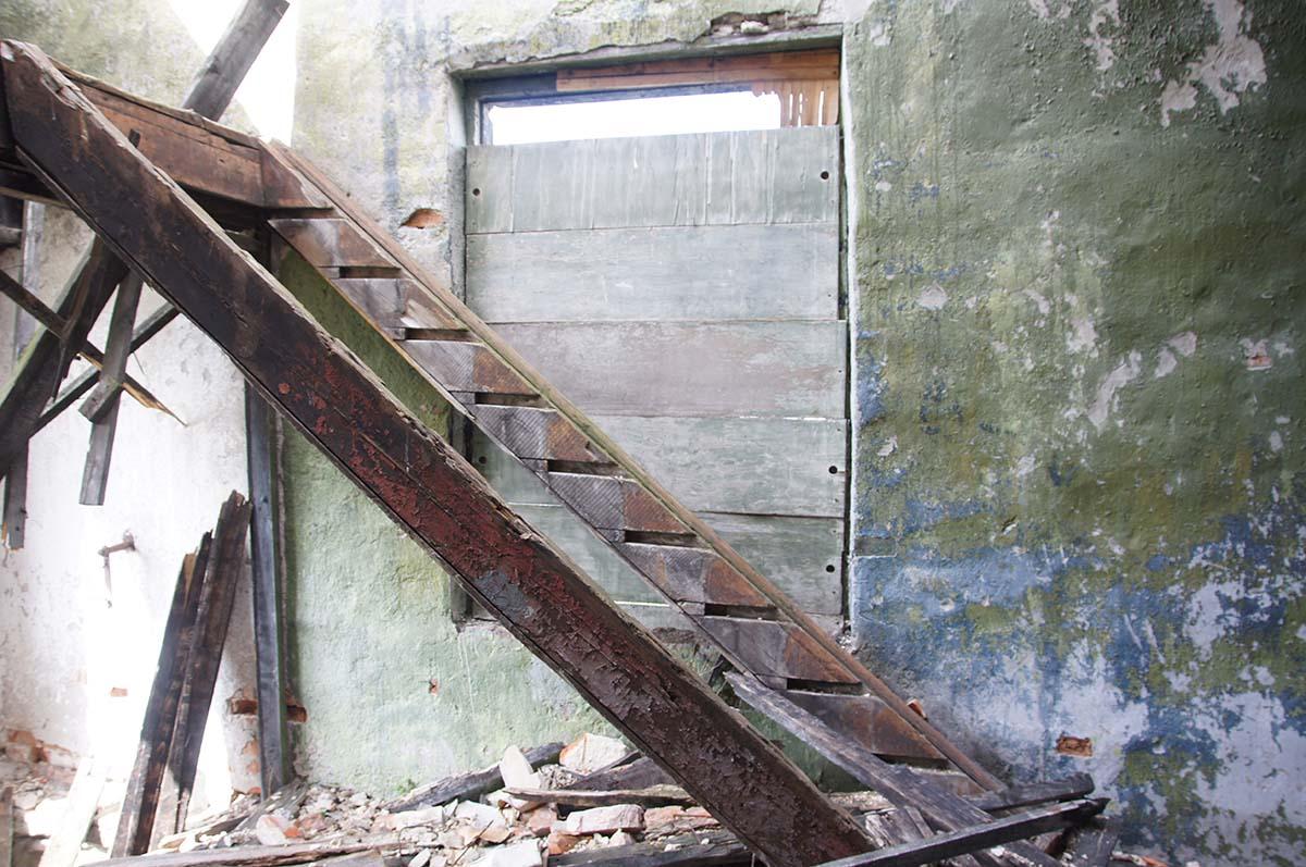 Лестница на второй этаж. Заброшка. Завод. Часть первая.