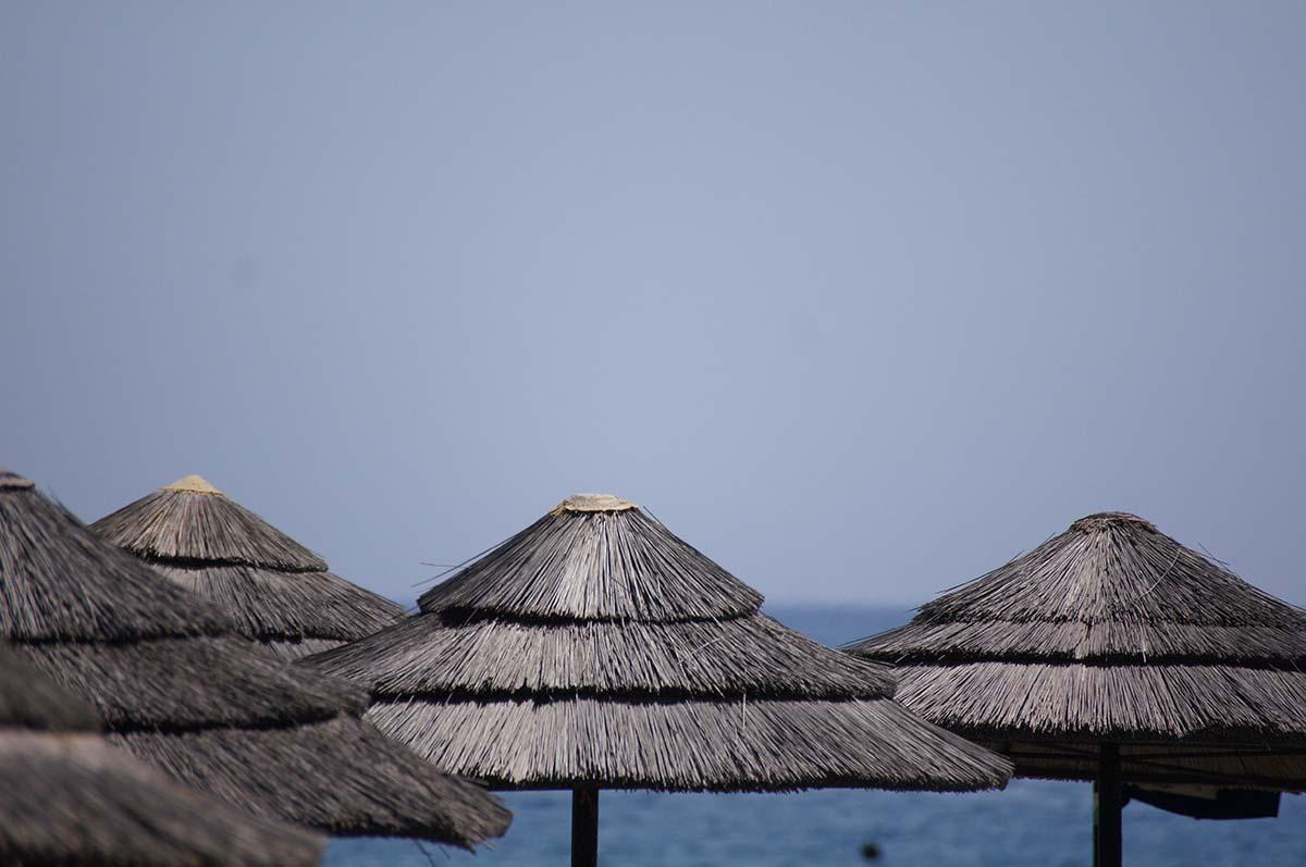 Зонтики. Отель Crowne Plaza. Limassol.