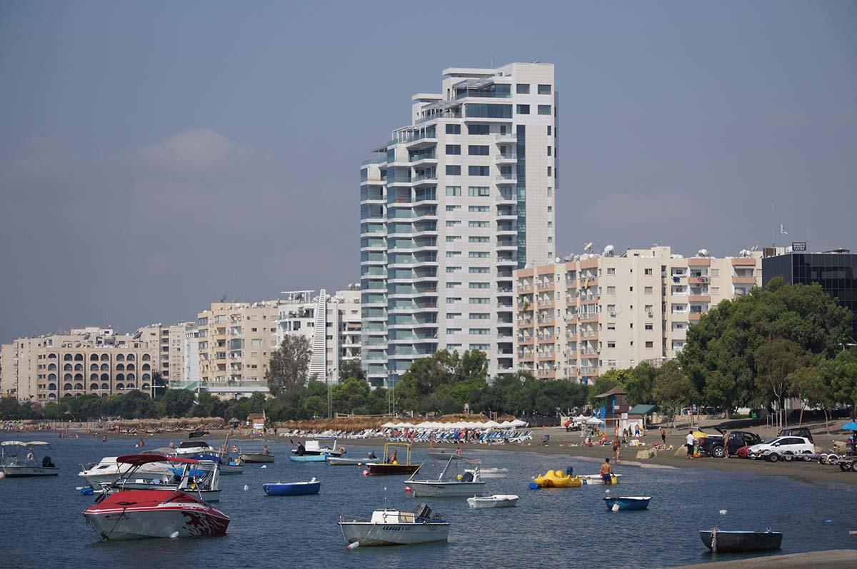 Пляж и море Отель Crowne Plaza. Limassol.