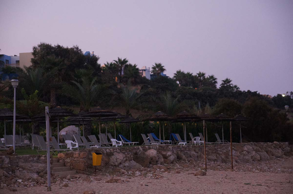 Лежаки на пляже. Отель St. George. Paphos.