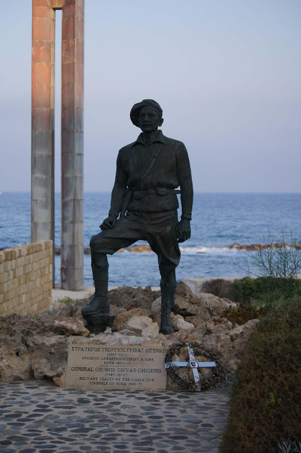 Памятник. Отель St. George. Paphos.