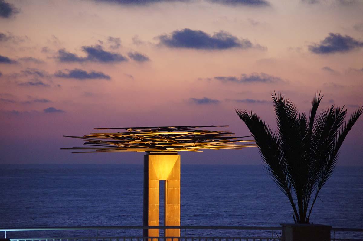 Памятник ночью. Отель St. George. Paphos.