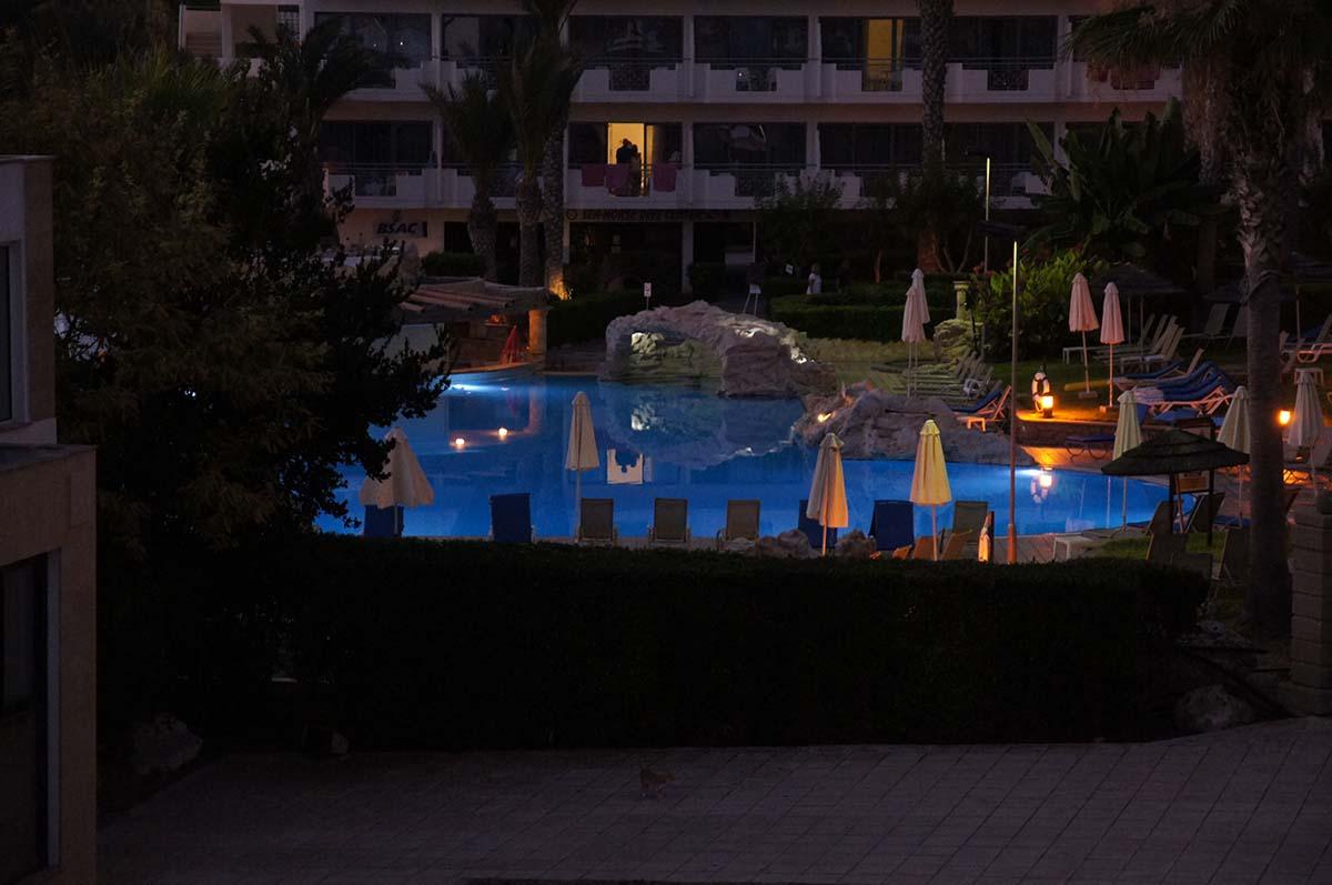 Бассейн со скалами. Отель St. George. Paphos.