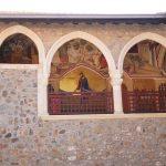 Иконы во внутреннем дворе